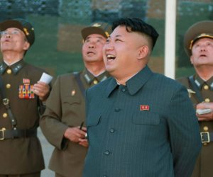 """""""كيم جونغ أون"""" يبدأ أولى خطوات السلام في شبه الجزيرة الكورية.. ومستشار ترامب يعلق على الخطوة"""