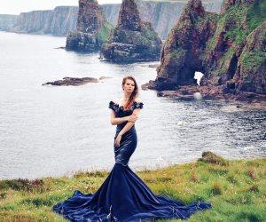 بلوجر روسية تعشق السفر والتقاط الصور في بلدانٍ مختلفة مع فساتينها الساحرة