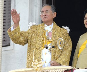 استعدادا لمراسم حرق جثمان الملك.. الأسود والأبيض يطغيان على شوارع بانكوك