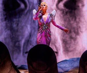 """على خطى"""" ليدى جاجا"""" """"كاتى بيري""""  بأزياء غريبة خلال جولتها الغنائية الأخيرة"""
