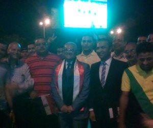 رئيس جامعة المنيا يشاهد مباراة مصر والكونغو وسط الطلاب