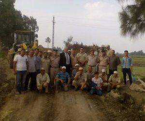 أهالى الشرقية يلتقطون صورا تذكارية مع قوات إزالة التعديات بالإبراهيمية