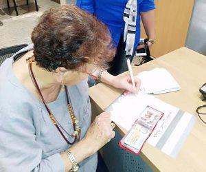 """زينب الكفراوي فدائية بورسعيد توقع استمارة """"علشان تبنيها"""" دعماً للرئيس السيسي (صور)"""