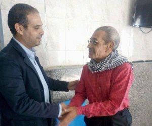 إنقاذ عجوز متشرد ونقله لدار رعاية بعد معيشه في الشارع (صور)