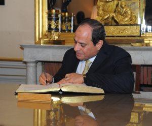 على هامش زيارته لباريس.. السيسي يوقع على كتاب الشرف الخاص بوزارة الدفاع الفرنسية (صور)