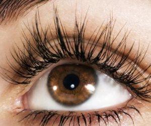 «سحر العيون».. 4 خطوات لرموش مرفوعة 12 ساعة