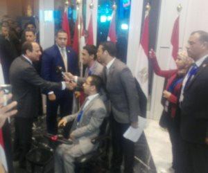 منتدى شباب العالم.. السيسي يتوقف ليصافح متحدي الإعاقة قبل الجلسة (صور وفيديو)