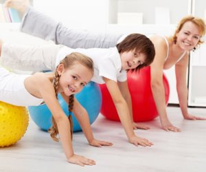 4 أفكار لقضاء وقت ممتع مع طفلك بعد المدرسة.. المشاركة في الأعمال المنزلية و ممارسة التمارين