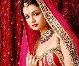 """هوس الساري الهندي يطيح بـ """"بدلة الرقص"""" في ليلة الحنة"""