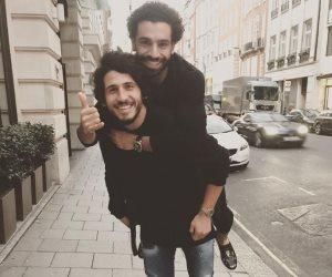 صلاح وحجازي يحتفلان بالوصول لكأس العالم علي الطريقة الإنجليزية (صور)