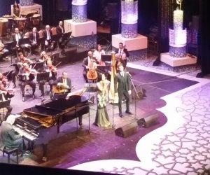 جمهور دار الأوبرا يحتفل بعيد ميلاد عمر خيرت فور صعوده المسرح