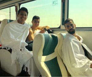 عمرو جمال وعبد الله السعيد بزي الإحرام استعداداً لأداء العمرة (صورة)