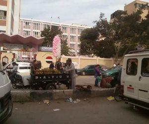 سوق بمدخل مدرسة عمر الفاروق التجريبية بالزقازيق في الشرقية (صور)