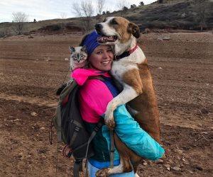 3 في رحلة ترفيهية.. كلب وقطة وشابة سافروا حول العالم واصبحوا نجوم السوشيال ميديا