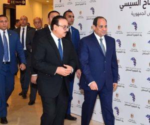 وزير الاتصالات يهدي الرئيس السيسي أول هاتف محمول صنع في مصر