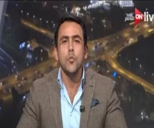 """يوسف الحسينى يهدى """"بوسة"""" لمعتز مطر على الهواء بـ""""ON Live"""".. ساخراً: """"انت ما بتقراش"""""""