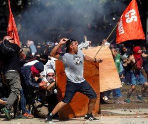 اشتباكات بمحيط البرلمان الأرجنتيني بين الشرطة ومحتجين على قانون المعاشات
