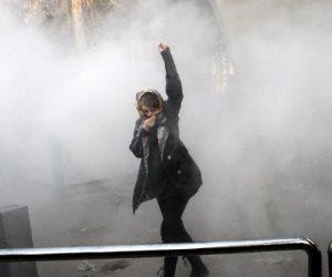قوات الباسيج تستخدم القوة لتفريق المتظاهرين الإيرانيين وتعتقل النساء