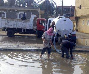 سحب مياه الأمطار من أحياء وشوارع مدينة بئر العبد (صور)