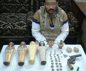 القبض على عامل بصيدلية بالمنيا بحوزته 40 قطعة أثرية
