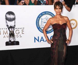 """إثارة هالي بيري على """"ريد كاربت"""" في حفل NAACP Image Awards (صور وفيديو)"""