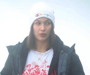 بيلا حديد تتزلج على سفح الجبال الإيطالية (صور)