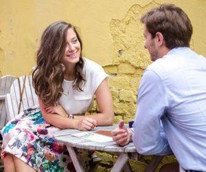 مؤشرات بسيطة تؤكد لك إعجاب الطرف الآخر.. أولهم النظرة والابتسامة