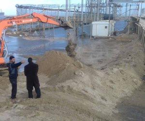 ساتر رملي لحجب مياه البحر بعد غرق عزبة 5 الملاصقة لميناء دمياط (صور)