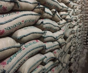 ضبط صاحب مخزن بحوزته 52 طن أرز وفول مجهول المصدر في الساحل