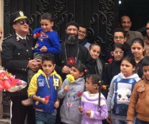 رجال الشرطة يحتفلون بعيدهم مع أبناء شهداء كنيسة حلوان (صور)