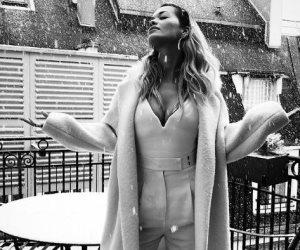 """أبيض وأسود.. """"ريتا أورا"""" وسط ثلوج باريس (صور)"""