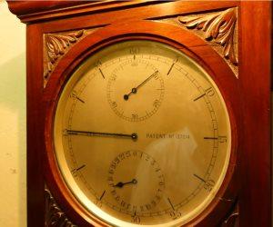 أقدم ساعة فى بر مصر.. صنعت في 1850 تتصل بالإذاعة المصرية بالتليغراف (صور)