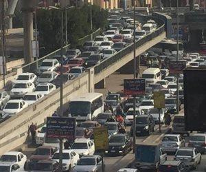 توقف حركة السيارات بسبب أتوبيس نقل عام معطل أعلى كوبري أكتوبر