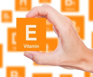 يحارب التجاعيد.. تعرفي على فوائد فيتامين «E»
