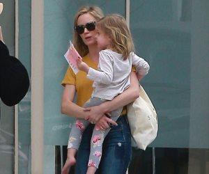 إيميلي بلنت تصاحب ابنتها الكبرى لتناول الغذاء في هوليوود (صور)