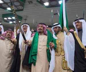 الملك سلمان يصل الرياض لتدشين أكبر مدينة ترفيهية بالسعودية (فيديو)