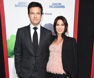 """أناقة جيسون بيتمان وزوجته في العرض الأول لـ""""Game Night"""" (صور وفيديو)"""