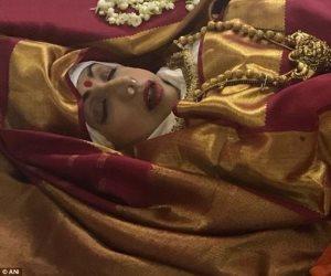 """المحبون يلقون نظرة الوداع على جثمان """"سريديفى كابور"""" (صور وفيديو)"""