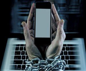 القضاء الإداري يستند لقانون جرائم الإنترنت في فصل موظف أساء لزملائه