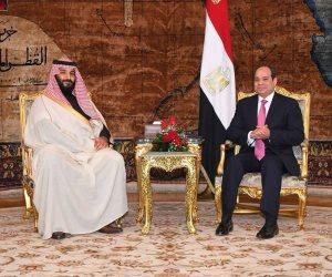 الأمير محمد بن سلمان يصافح أعضاء الفرقة الموسيقية في نهاية حفل عشاء الرئيس السيسي