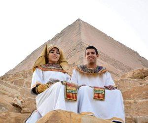 عروسان بالزي الفرعوني في هرم ميدوم لتنشيط السياحة (صور)