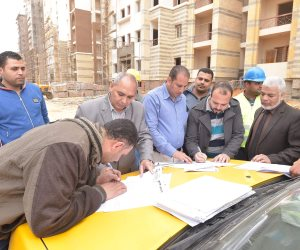 """أجهزة المدن الجديدة تسلم العمالة المؤقتة والموسمية شهادات """"أمان"""" بمواقع عملهم"""