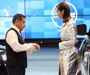 بيلا حديد تروج لطلاء الشفاه.. وإطلالة فضية تخطف الأنظار في حفل Dior (صور)