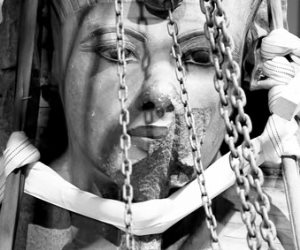 """""""بالجنازير"""".. ننفرد بنشر أول صورة وتفاصيل عملية نقل توت عنخ آمون من القاهرة لأمريكا"""