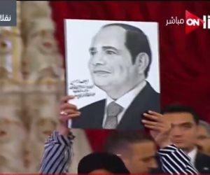 قبل تكريمها.. الأم المثالية بكفر الشيخ ترفع صورة الرئيس السيسي