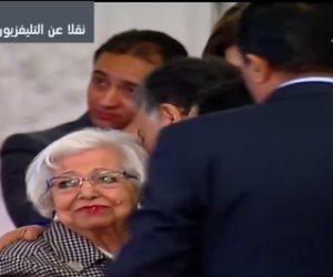 الرئيس السيسي يكرم مديرة مدرسة «الوزراء» (صور)