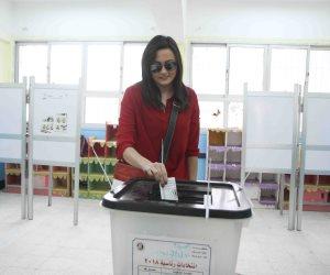 الفنانة بشرى تدلى بصوتها فى الانتخابات الرئاسية وتلتقط سلفي أمام اللجان
