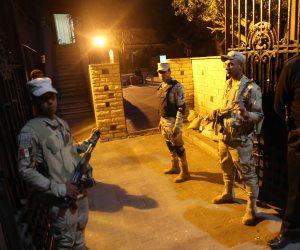 تعبيرا عن فخره بدور الجيش الشرطة.. مواطن يحمل أفراد تأمين الانتخابات على كتفيه