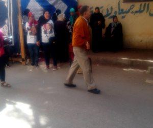 «بصورة مطبوعة على الملابس».. أهالي شبرا يؤيدون الرئيس السيسي