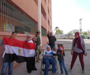 «سيدات رابعة» يحتشدون أمام اللجان للدفاع عن هوية الوطن (فيديو)